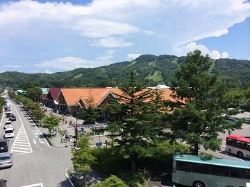 軽井沢駅南口から軽井沢プリンスショッピングプラザを望む